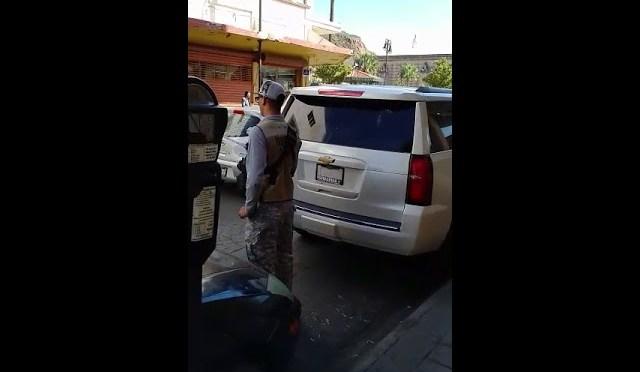 VIDEO: Multan camioneta de AMLO por no pagar parquímetro