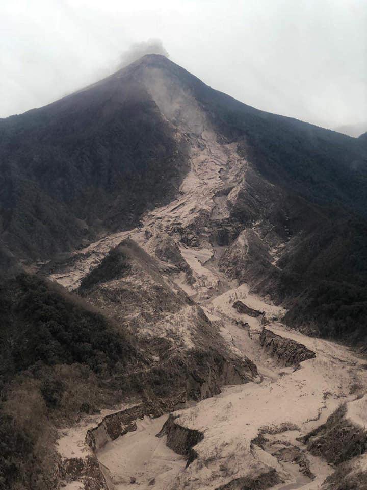 Desalojan poblados en Guatemala por continua actividad de Volcán de Fuego
