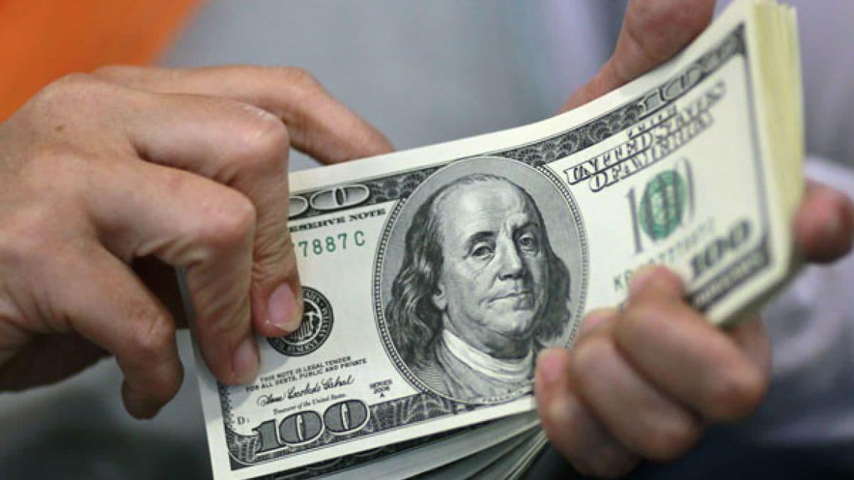 Dólar gana 24 centavos, cierra en 19.67 pesos a la venta en bancos