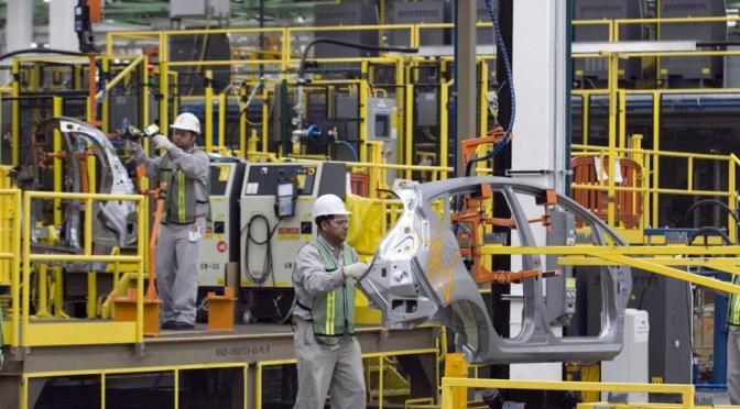 Disminuye producción y exportación de autos ligeros