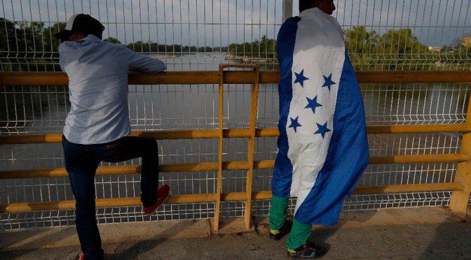 Pobreza y violencia impulsan a miles de hondureños a emigrar