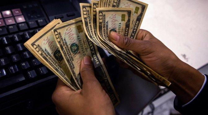 Dólar baja nueve centavos, cierra en 20.05 pesos a la venta en bancos