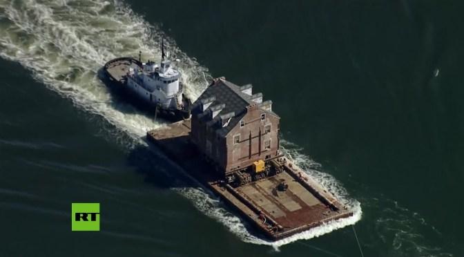 Mudanza marítima: barco traslada una mansión entera en Estados Unidos
