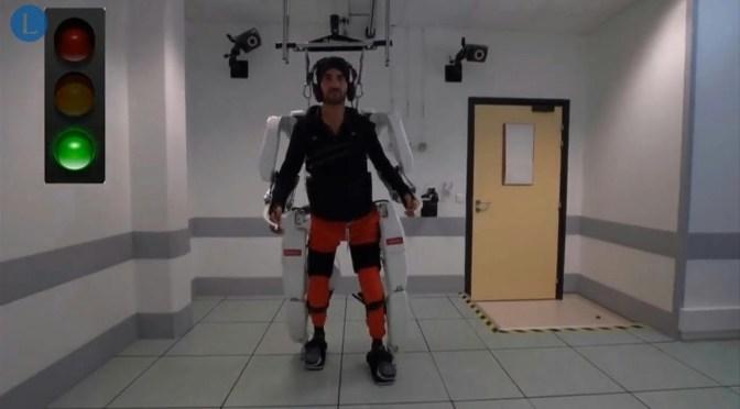 Un tetrapléjico logra caminar gracias a un exoesqueleto conectado al cerebro