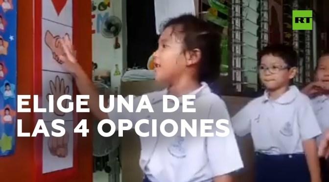Profesora permite que sus alumnos elijan cómo los saluda