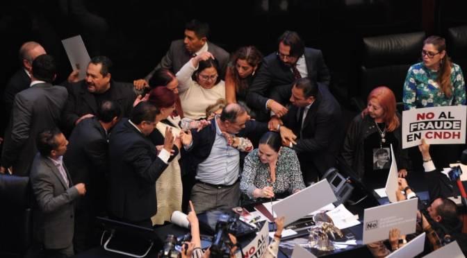 Los empujones y jaloneos en la toma de protesta de Rosario Piedra como presidenta de la CNDH