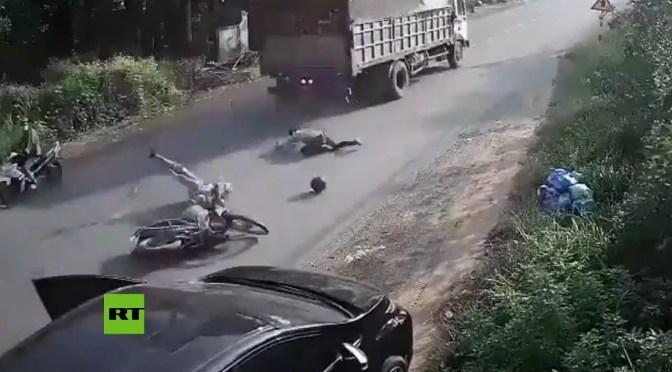 Conductor causa un accidente al abrir la puerta de su auto sin mirar
