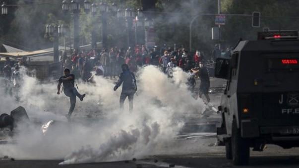 Carro de Carabineros atropella a manifestante en Santiago, Chile