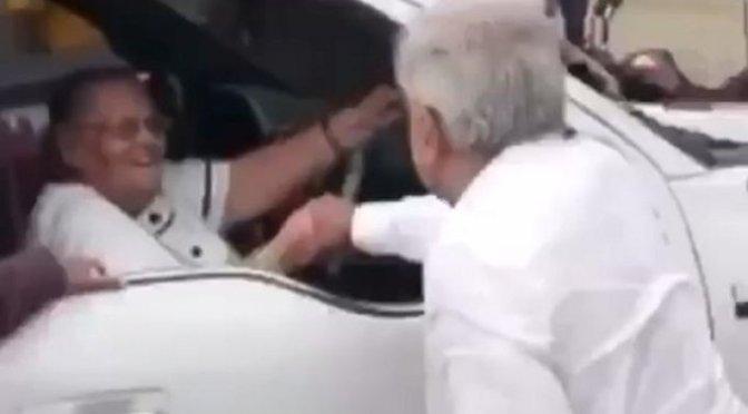 """En Badiraguato, Sinaloa, AMLO saludó a Consuelo Loera, madre de """"El Chapo"""" Guzmán"""