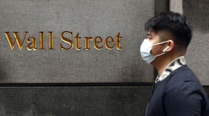 Wall Street se hunde por sombrío panorama económico y alza de casos de coronavirus