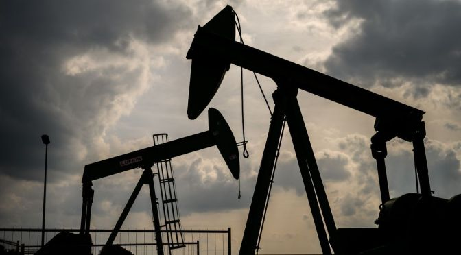 Precios del crudo caen tras acuerdo de OPEP+ para aliviar reducciones de producción