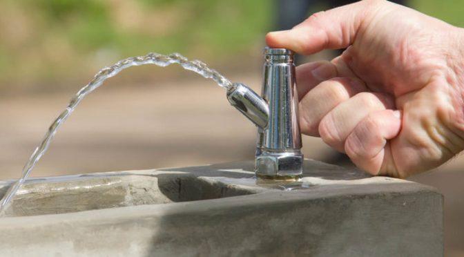 ¿Es seguro beber de una fuente de agua durante la pandemia?