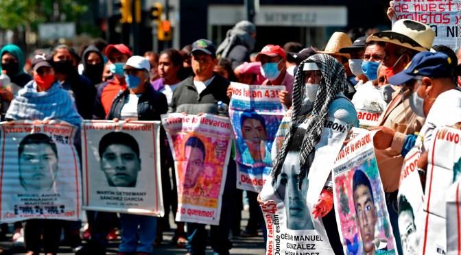 Padres de los 43 normalistas de Ayotzinapa se manifestarán en el Centro