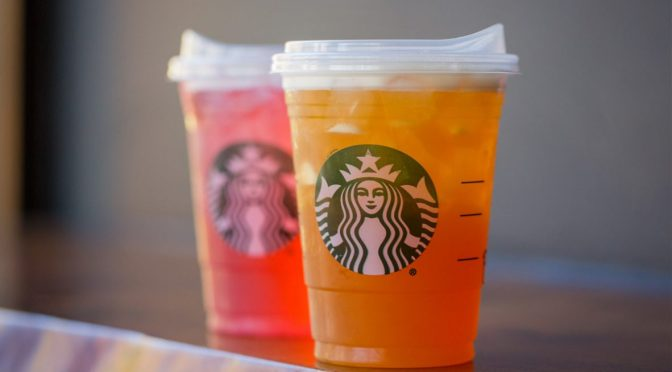 Starbucks elimina oficialmente los popotes en sus bebidas frías