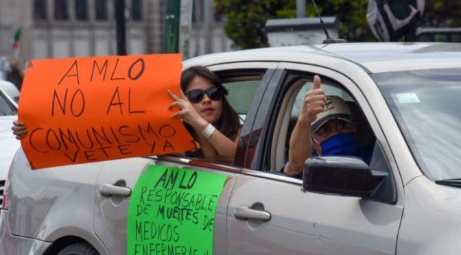 AMLO da bienvenida al Zócalo a FRENAA; invita a dirigentes a quedarse a dormir
