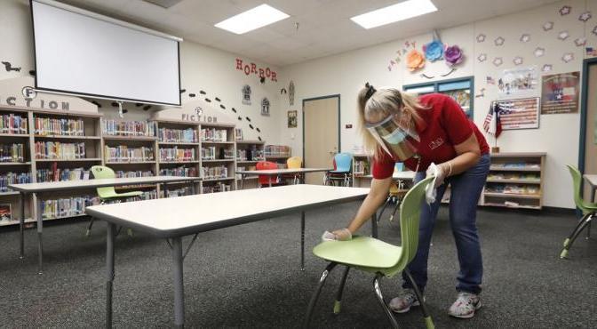 Escuelas en suburbios y pequeñas ciudades de EEUU reabren sin un repunte de casos de COVID-19