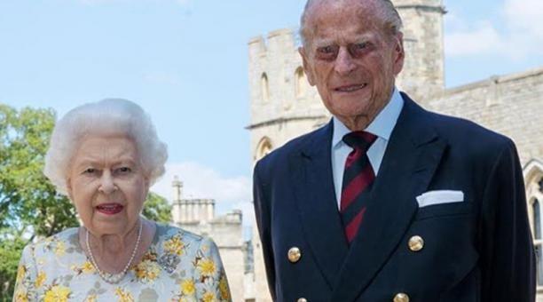 Reina Isabel y esposo reciben vacuna contra covid-19
