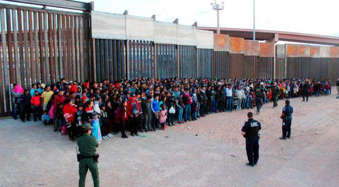 Estados Unidos detuvo a casi 100,000 migrantes en la frontera con México en febrero, dicen las fuentes