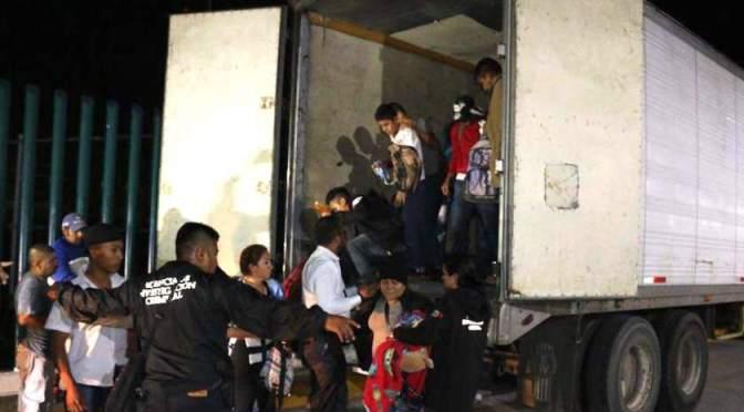 Hallan a 61 migrantes centroamericanos en camión en México