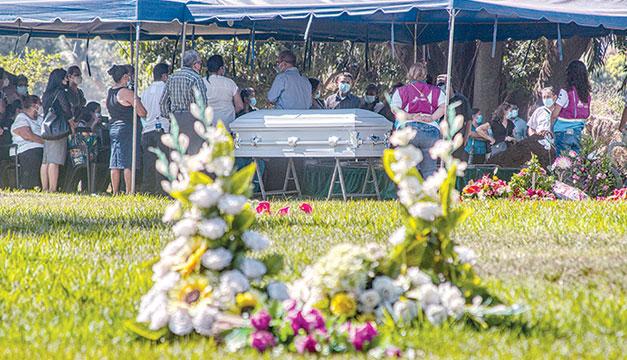 """""""¡Queremos justicia!"""", exclaman familiares al enterrar restos de Victoria Salazar en El Salvador"""