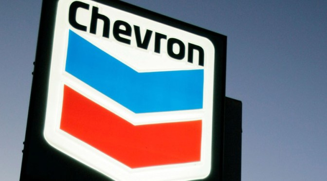 Ganancias de Chevron caen en márgenes de refinación más débiles