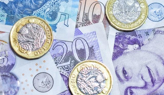 Libra esterlina frena las pérdidas frente al dólar