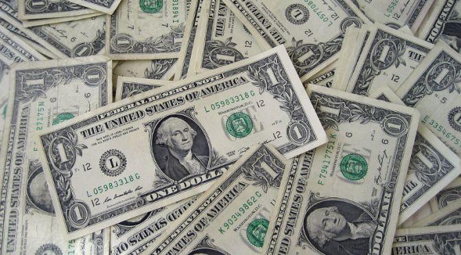 Dólar presenta ganancias pese a sorpresa de inflación