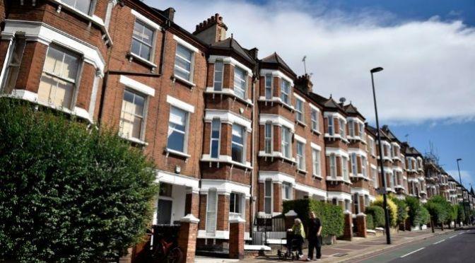 """Banco de Inglaterra detalla que mercado inmobiliario del Reino Unido está en """"llamas"""""""