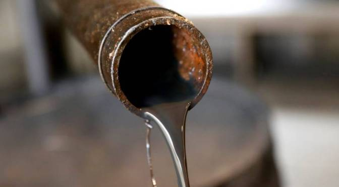 Petróleo cae un 1% en medio de la fortaleza del dólar
