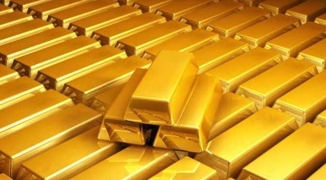 Precios del oro mantienen un rango ajustado debido a las señales mixtas de la Fed