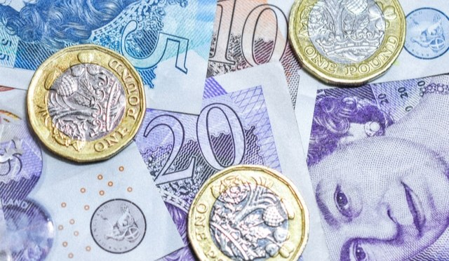 Libra esterlina pierde terreno frente al dólar