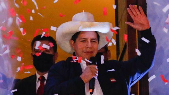 De maestro rural a presidente, confirman victoria de Pedro Castillo en Perú