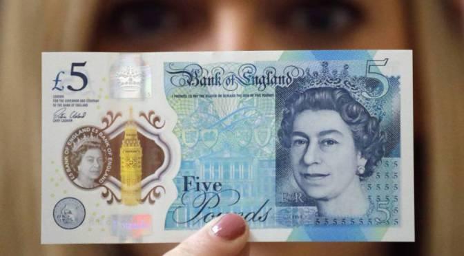 Libra esterlina retrocede ante el dólar