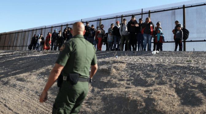 Gobierno de Estados Unidos demanda a Texas por detención de migrantes