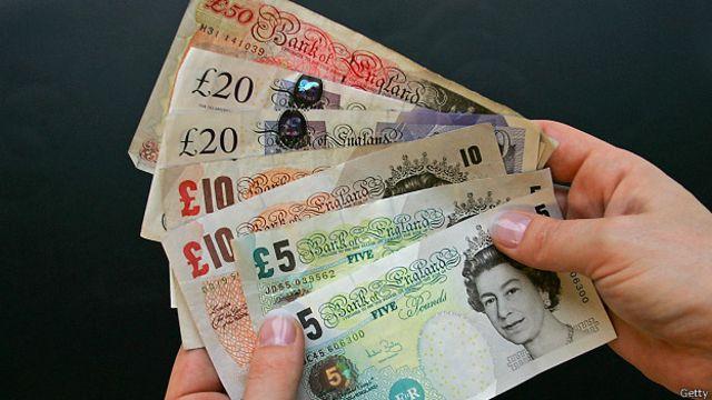 Libra esterlina retrocede frente al dólar