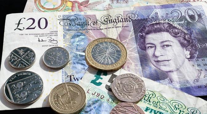 Libra esterlina supera al dólar