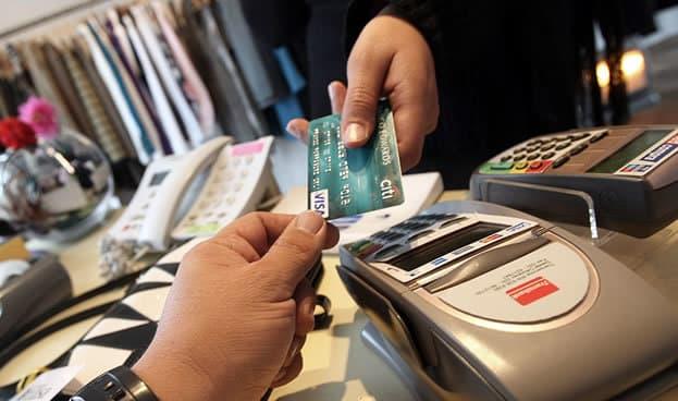 Gasto en tarjetas del Reino Unido cae al 94% del nivel prepandémico