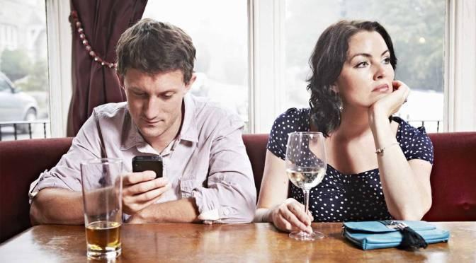 Qué es el phubbing y cómo está afectando las relaciones sociales entre las personas