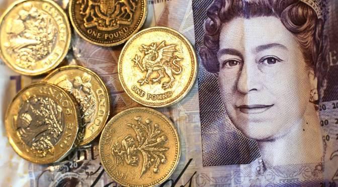 Libra esterlina cae a su nivel más bajo frente al dólar en tres semanas