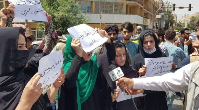 Marchan por los derechos de las mujeres en Kabul
