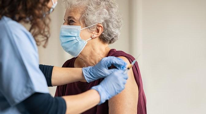 CDC respalda tercera dosis de vacuna a millones de mayores