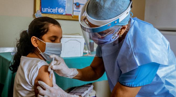 Escuelas de LA ordenan vacunación a 630,000 estudiantes mayores de 12 años