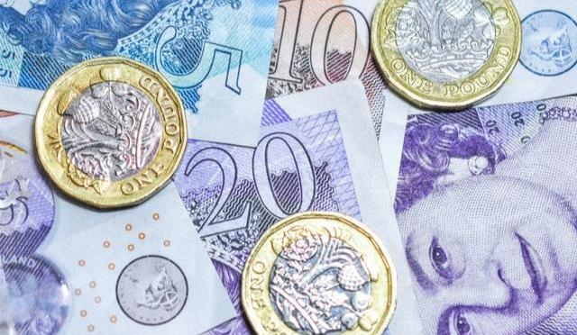 Libra esterlina cae después de un rally provocado por el Banco Central Europeo