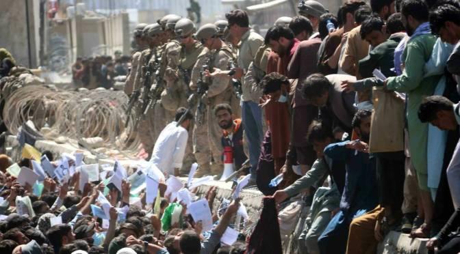 Con el aeropuerto de Kabul cerrado, los ciudadanos afganos se apresuran para salir del país por la frontera