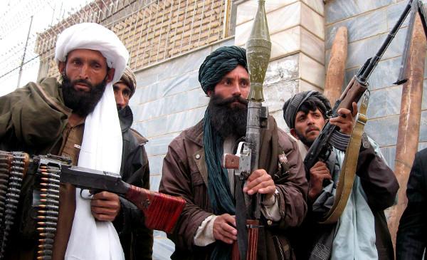 Talibán cuelga un cadáver en plaza de ciudad afgana