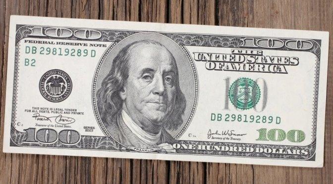 Dólar se desliza de máximos de un mes
