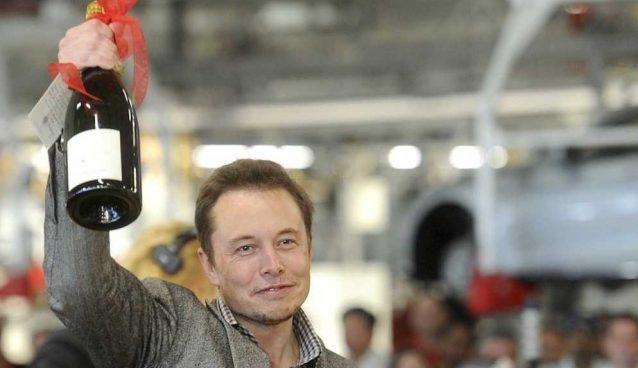 Fiesta de la planta Tesla de Berlín atrae a los aficionados y las protestas