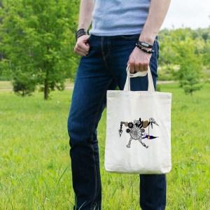 Magnifique sac tote bag illustré par Abi, motif Sac Tote Bag La Machine Infernale by Abi UNE VIE DE BELETTE, un sac tote bag orignal et résistant, pratique à porter, a bout de bras ou sur l'épaule grâce à ses anses de 64 cm. Imprimé directement depuis notre atelier Béarnais, à Jurançon 64 aux pieds des Pyrénées.