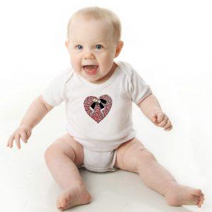Offrez ce Body Bébé manche courte illustré par Abi, motif LOVE TO LOVE un body orignal agréable a porter et resistant, pratique à enfiler et à enlever, garantissant un confort optimal pour le bébé. Disponible en taille 3, 6, 9, 12 et 18 Mois. fermeture par 3 boutons pression à l'entrejambe
