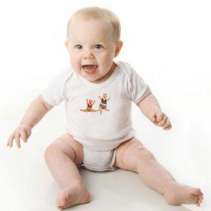 offrez ce Magnifique Body Bébé manche courte illustré par Abi, motif Body Bébé Les Chats Acrobatiques By Abi UNE VIE DE BELETTE, un body orignal agréable a porter et résistant, pratique à enfiler et à enlever, garantissant un confort optimal pour le bébé. Disponible en taille 3, 6, 9, 12 et 18 Mois. fermeture par 3 boutons pression à l'entrejambe. Imprimé directement depuis notre atelier Béarnais, à Jurançon 64 au pieds des Pyrénées.